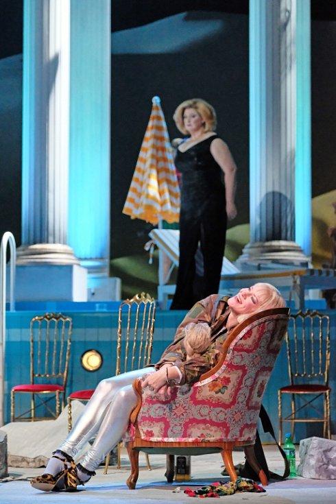Linecké Hudební divadlo uvádí operu Salome, kterou složil Richard Strauss. Výrazně ji zmodernizovalo. Na snímku Karen Robertson jako Herodias.