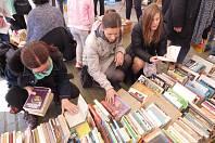 Na šestý ročník literárního festivalu Literatura žije nasbírali pořadatelé na čtyři tisíce knih. Z nich můžete vybírat ve středu 24. dubna a ve čtvrtek 25. dubna v literárním stanu na českobudějovickém náměstí.