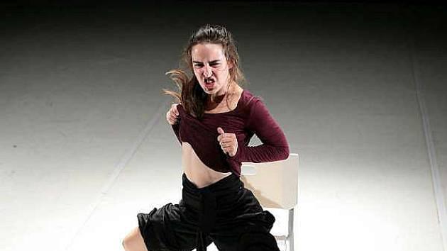 Představení Miluj mě uvede ve středu taneční soubor Nanohach (na snímku Eliška Kašparová) v českokrumlovském divadle.