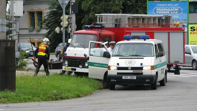Na tomto místě vůz Audi A6 nedal v neděli ráno přednost děčínskému autobusu. Pro dvojčlennou posádku osobního auta byl střet tragický, oba lidé v něm zemřeli.