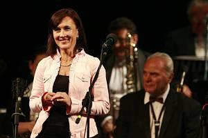 Folková skupina Nezmaři slaví 35 let, ve  středu 9. října má výroční koncert v DK Metropol. Na snímku Šárka Benetková.
