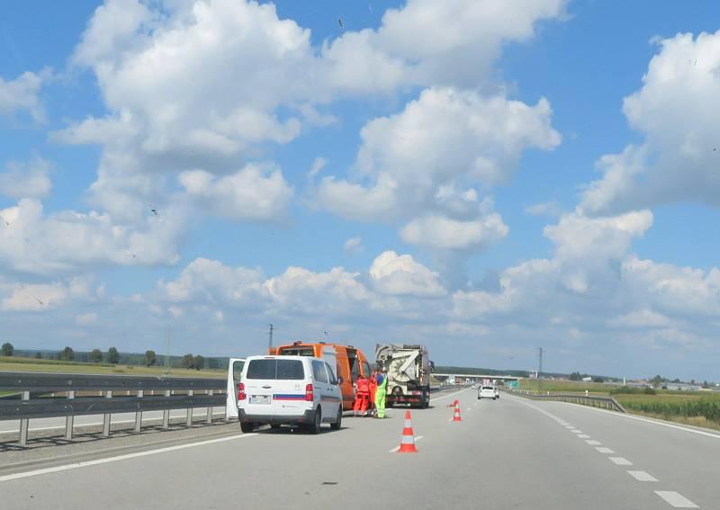 Opravy a udržovací práce na jihočeské dálnici D3 znamenají pro řidiče v některých úsecích sníženou rychlost a provoz svedený do jednoho silničního pruhu.
