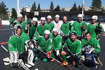 HOKEJBAL. S týmem SK Pedagog se na turnaji v Dobřanech vyfotila také hokejová hvězda Bostonu Bruins David Pastrňák (v bílém), který si na turnaji zahrál za český výběr do dvaceti let. Jihočeši skončili na západě Čech pátí.Horní zleva Ondřej Bárta, Tomáš