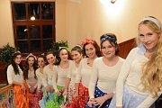Ve stylu 60. a 70. let minulého století se nesl sobotní ples Divadelního spolku Vltavan ve vltavotýnské Sokolovně.