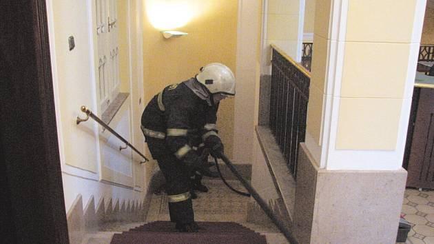Pohyb hasičů po bance byl jen simulací požáru. Nácvik se ale vždycky hodí.