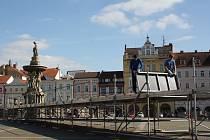 Českobudějovické náměstí se už od soboty připravuje na velkou úterní slavnost.