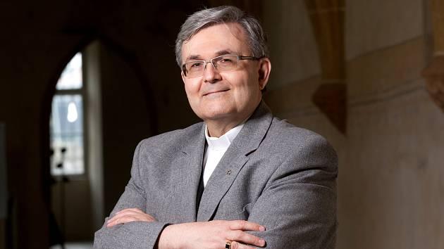 Profesor Martin Weis přednáší na Teologické fakultě Jihočeské univerzity a zároveň je farářem v Dubném.