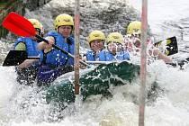 Možnosti vyzkoušet si rafting na trati v Českém Vrbném využívali v neděli návštěvníci nového centra pro volný čas.