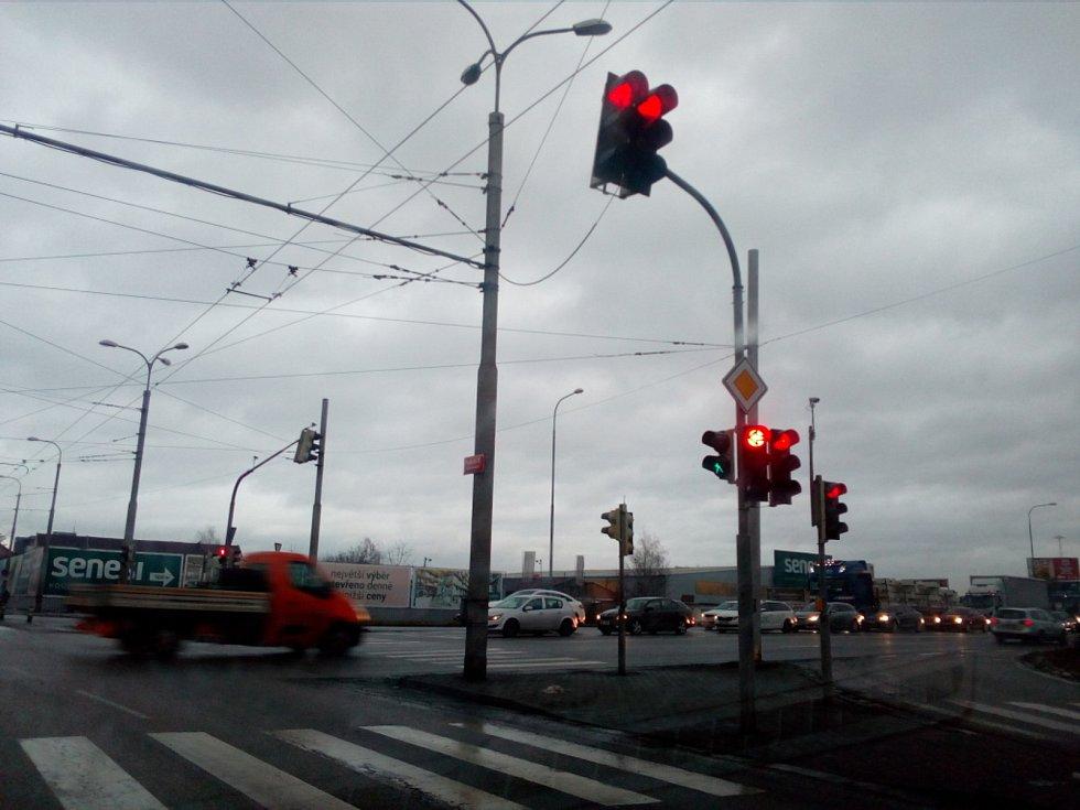 Světelná křižovatka Strakonické a Nádražní ulice s Pražskou třídou patří k nejvytíženějším v Českých Budějovicích.