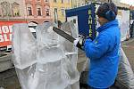 Tři hodiny trvalo Jiřímu Kašparovi, než z ledových kvádrů vyřezal sochy anděla a ovce. Poté mohl už jenom doufat, že se příliš neoteplí a jeho dílo na náměstí chvíli vydrží.