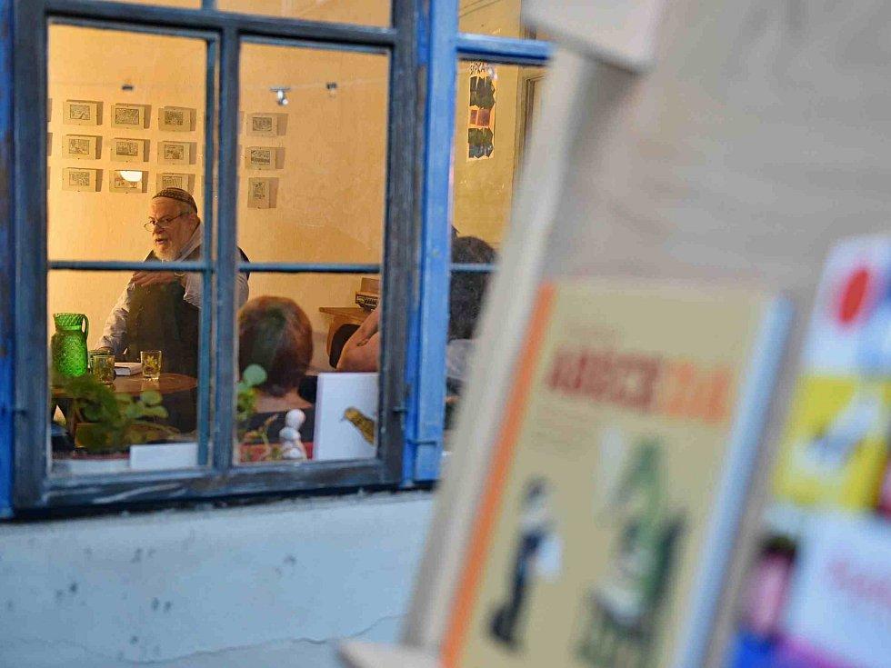 Táborský knižní festival Tabook rozžil o víkendu kotnovskou sýpku i další prostory ve městě. Na snímku beseda, kam přijel Karol Sidon.