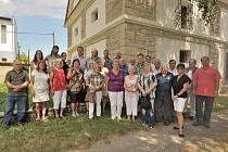 Společná fotografie všech Zahájských při přátelském setkání v Zahájí u Chorušic na Mělnicku.