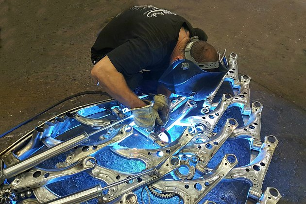 Tomáš Vitanovský využije isoučástky zmotorek, které by byly na vyhazov. Dělá znich sochy.