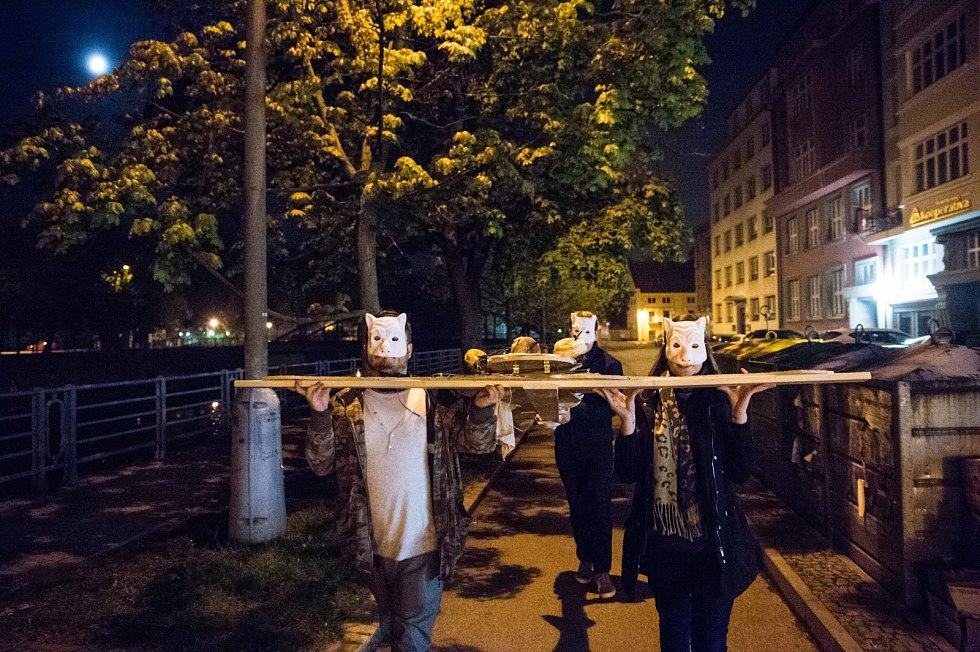 Studenti v Českých Budějovicích zvolili jako protest proti ministrovi financí Andreji Babišovi netradiční instalaci jen několik desítek metrů od budovy Krajského soudu.