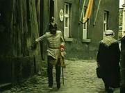 """Dragoun Egon běží táborskou úzkou uličkou. Mělo by jít o """"proluku"""" mezi dnešní farou a děkanským kostelem. Ulička ústí na konci Svatošovy ulice směrem k hlavnímu náměstí."""