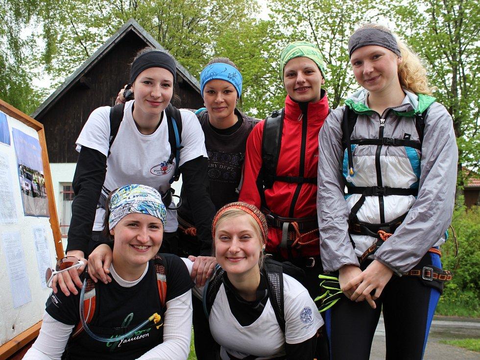 Ozdobou soutěže bylo ženské družstvo Celodeňák. Nahoře zleva: Iva Shýbalová, Markéta Tomanová, Zuzana Vacková, Adéla Moravcová. Dole zleva: Jana Hnojnová, Magdalena Faltusová.