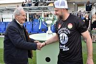 Fotbalistům Dynama blahopřál k postupu i 90letý Miloslav šerý, jenž černobílé barvy Dynama hájil v sezoně 1947/48, kdy budějovičtí fotbalisté poprvé bojovali v I. lize. Na snímku Šerý gratuluje trenéru Davidu Horejšovi.