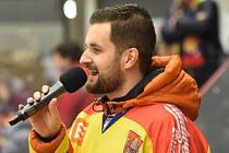 Milan Džuba jak ho dlouhá léta všichni znali: s mikrofonem na zápasech hokejového Motoru.