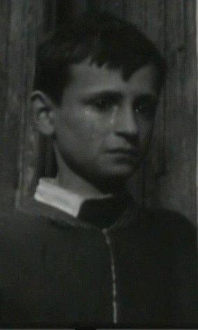 Záběr zfilmu Všude žijí lidé. Detailní záběr na Milana Peterku, který si jako dítě zahrál malou roli.