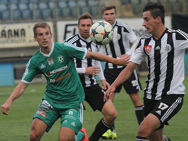 Jiří Funda v pohárovém zápase Dynama s Příbramí bojuje s Hnaníčkem.