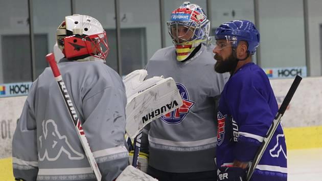 První trénink hokejistů Madeta Motoru vedl jeden z lídrů týmu Milan Gulaš (na snímku vlevo udílí pokyny brankářům Dominiku Hrachovinovi a Janu Strmeňovi).