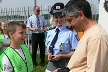 Jezdíme s úsměvem. Tak zní název bezpečnostní akce, kterou v pondělí pořádali českobudějovičtí dopravní policisté spolu s dětmi ze ZŠ Oskara Nedbala a s Českou pojišťovnou.