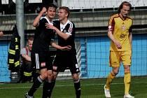 Jiří Funda (vlevo) se raduje ze svého gólu, blahopřeje mu Michal Řezáč, vpravo smutní Matěj Hanousek.