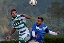 Michal Průcha v divizním utkání Roudné - Zličín ve vzdušném souboji s hostujícím Pavlem Zadinou. Fotbalové soutěže v kraji o víkendu pokračují.