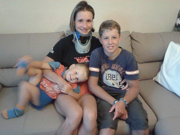 Petra Krejčová doma s Matějem  a Jakubem