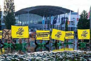 Protestovali i v bazénu...