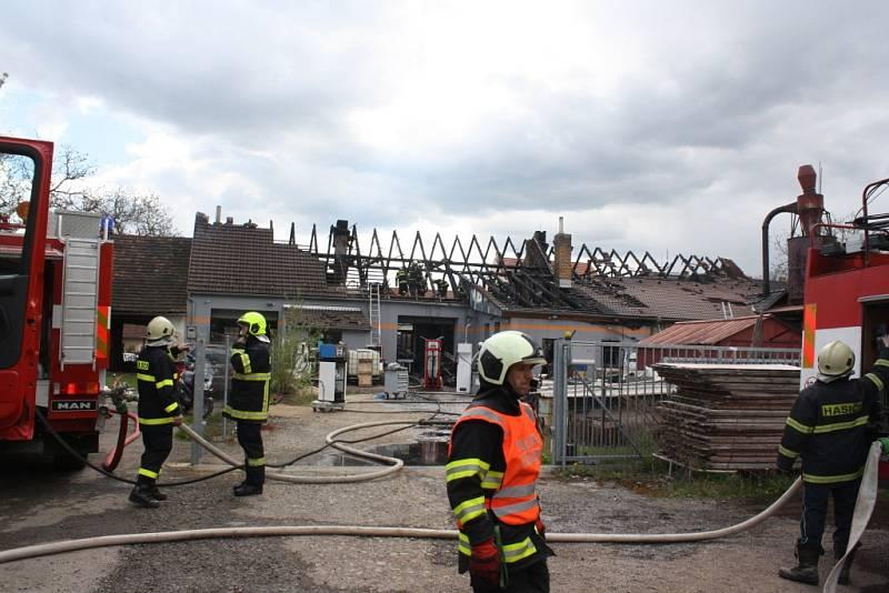 Požár ve čtvrtek odpoledne zachvátil truhlářskou dílnu v Lišově, plameny přeskočily i na sousední autodílnu.