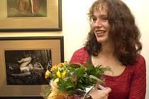 Sára Saudková, známá umělkyně a bývalá žákyně i přítelkyně Jana Saudka, vystavuje své snímky do 26. května v Týně nad Vltavou.
