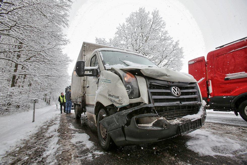 """Za Dasným u odbočky na Čejkovice se srazilo v pondělí ráno pět aut při hromadné nehodě. """"Větší auto, které jsme nabourali jsme měli půjčené. Jeli jsme pro novou kuchyň. Na někoho se zlobit? Na také vrstvě rozbředlého sněhu ani není divu, že jsme do sebe n"""