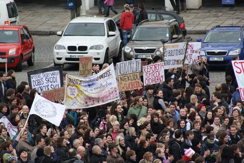 Studenti vysokých škol protestovali proti reformám ministra školství Dobeše také na náměstí Přemysla Otakara II. v Českých Budějovicích.