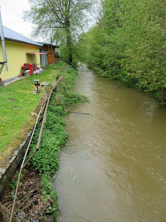 Černovický potok u Tučap se dere z koryta.