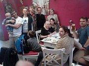 Ve volebním štábu Realistů, který má zázemí v restauraci na českobudějovické Husově třídě, vládne dobrá nálada i přes neslavný výsledek.
