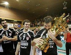 Mistrovský pohár v rukou Radka Motyse.