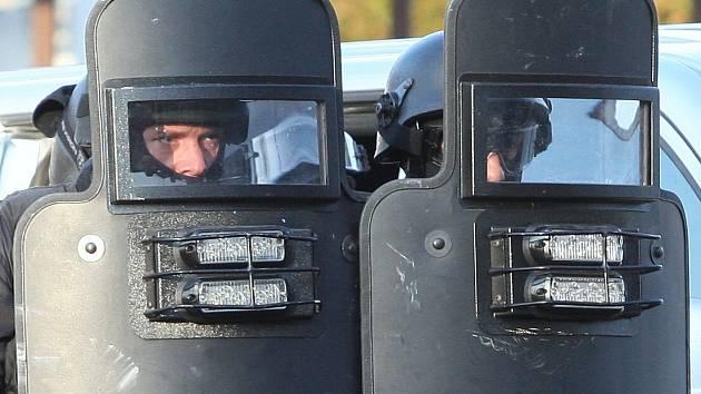Rozzruřený muž zasekl policistům krompáč do balistického štítu. Ilustrační foto.