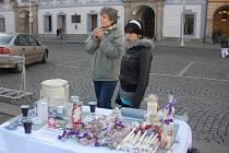 Děti pomáhají vybírat peníze na Tříkrálovou sbírku i prodejem výrobků.