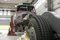 V těchto dnech čeká v dílnách českobudějovického dopravního podniku na renovaci karoserie autobusu Škoda 706 RTO. Podvozek je už kompletně hotov.