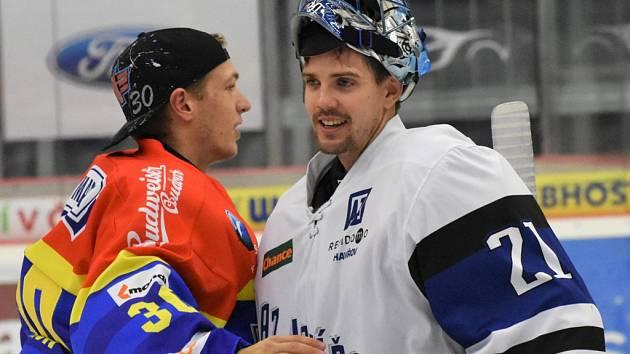 Ondřej Bláha (vpravo) se zdraví se svým bývalým spoluhráčem Petrem Kváčou.