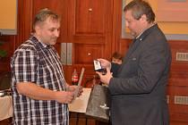 Od starosty Ivo Machálka (vpravo) převzal Cenu Osobnost roku 2019 v Týně nad Vltavou také David Slepička.