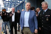 Ministr vnitra Chovanec navštívil krumlovskou zásahovku, vyzkoušel si i střelbu