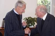 Mons. Václav Dvořák (vlevo) se zdraví s Mons. Josefem Kavalem při setkání na hejtmanství.