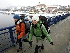 Francouzské skautky Mathilde Gibelin a Fanny Truilhé (zleva), které putují pěšky Evropou, prošly nyní jižními Čechami.
