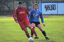 Rudolfovu vyšla první polovina sezony lépe než Čtyřem Dvorům. Na snímku z posledního vzájemného utkání (2:2) si čtyřdvorský Adam Čepička kryje míč před Janem Zemanem.