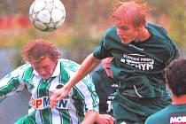 Hrdějovický Bohatý v sobotním pohárovém zápase s Jankovem (0:1) ve vzdušném souboji s Klímou.