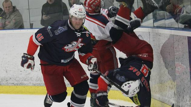 Kapitán Rudolf Suchánek proti Letňanům. Za ním si na střelce dvou gólů Dana Mikeše (nohama vzhůru) ostře vyšlápl Petr Bílek a šel si sednout na trestnou lavici.