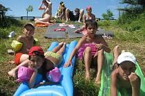 Celkem šestnáct dětí z klientských rodin charity pobývá v těchto dnech na farmě nedaleko Hluboké u Borovan. Seznamují se zde například se zvířaty a dost času jim zbývá i na vodní radovánky.