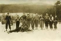 Členové místního Sokola na lyžařském výletě po vltavotýnském okolí, počátek 30. let 20. století.
